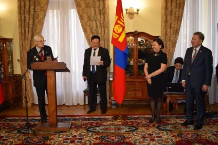 12. Зачитываю решение о награждении Министра обороны Монголии Болда наградой Общества
