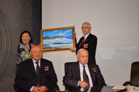 Посол Монголии г-жа Б. Дэлгэрма дарит нашему Обществу картину Монголия зимой