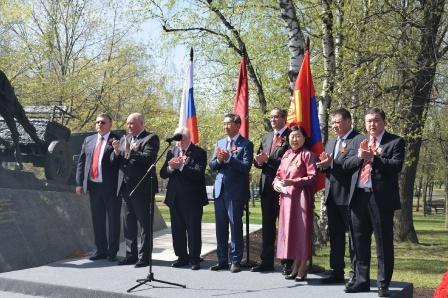 4. На трибуне официальные лица России и Монголии