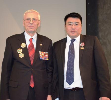 Награждение  медалью Общества зав. консульским отделом Посольства Монголии Ц. Ганболда